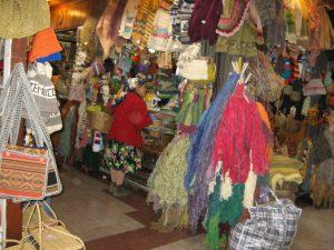 Mapuche comprando en el merdado de Temuco. Photo: Mujer Chilena