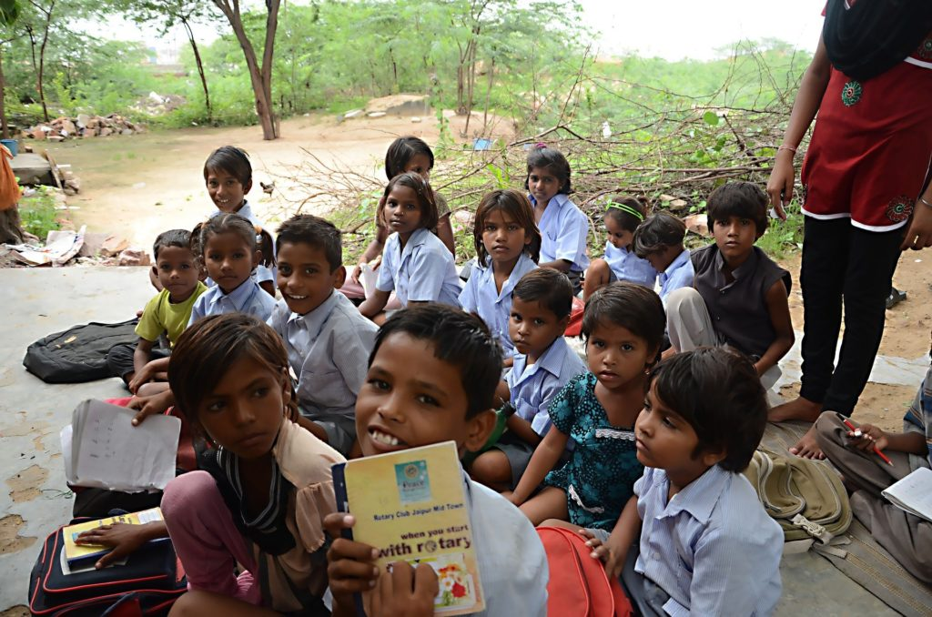 Volunterring in India teaching children