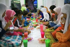 Iftar and togetherness in the mosque.