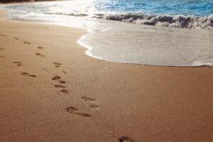 Footprints-on-a-sandy-beach-in-Maui