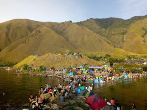 Crowded Paropo before the pandemic—an edge of Lake Toba area with a popular weekend camping site.