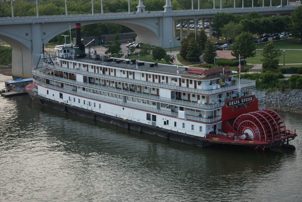 Delta-Queen-paddle-steamer-on-river-in-Chattanooga